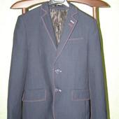"""Классический темно-синий  костюм приталенного покроя  фирмы """"ВЕЛС""""с контрастними отстрочками"""