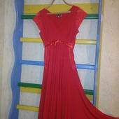 Соблазнительное платье густого красного цвета с кружевными вставками