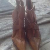 Ботиночки кожаные  демисезонные с острыми мысочками .Размер 39 стелька 25 см.