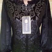 Очень красивая куртка-ветровка.