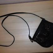 Красивая маленькая сумочка на лето, через плечо, классно под сарафанчики!!!))) можно полной девушке!
