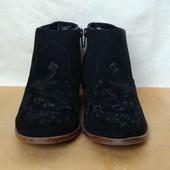 Фирменные качественные деми ботинки из экозамша с вышивкой,36р,в идеале