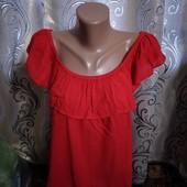 Яркая блуза с воланом M&Co
