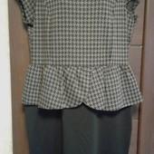 Фирменное новое трикотажное платье с баской р. 16-18