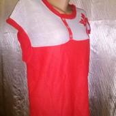 Яркая футболка с ажурной вставкой-сеточкой, декорирована вышитым цветком .для дома