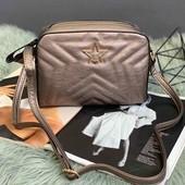 Стильная сумочка через плечо бронза