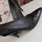 Стильні фірмові туфлі, дуже зручні! нат.шкіра. устілка 25см.