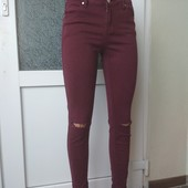 Джинси кольору марсала з прорізами на колінах. Chicoree