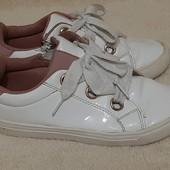 Белые кроссовки лак р 34 по стельке 21.5 Kiabi в отличном состоянии