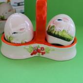 """Красивый набор для специй """"Зайчики"""": солонка, перечница на керамической подставке"""