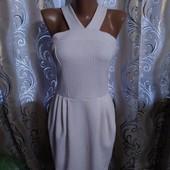 Эффектное женское платье с узором на ткани