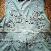 стильная джинсовая жилеточкаголубая