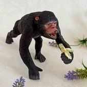 Обезьяна горилла с бананом  фигурка
