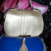 Новая очень красивая золотистая сумочка-клатч на длинной ручке с кисточкой