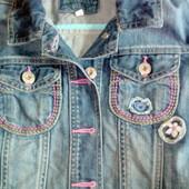 Крутой джинсовьій пиджак на девочку 5-6 лет. Фирменньій. В идеале.