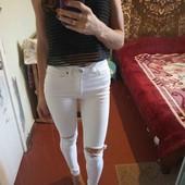 модные рваные белоснежные джинсы