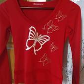 Красный реглан,с красивым принтом, блестящих бабочек.