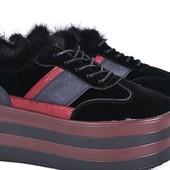 Замшевые кроссовки на платформе с натуральной опушкой.