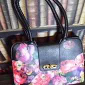 Яркая и стильная черная сумка с цветами - идеальный вариант для стильного образа в пасмурный день