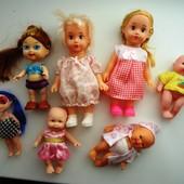 Набор маленьких кукол, пупсов