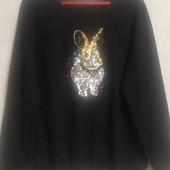 Теплый свитер с зайчиком,вышитым пайетками