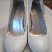 Белые туфли 37 размер.