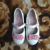 Белые туфельки на девочку, размер 28, длина стельки 17.8 см.