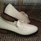 Бежевые лаковые туфли лоферы на низком каблуке 38р