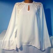 Белоснежная нарядная блуза свободного кроя в отличном состоянии!
