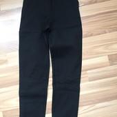 Чорні класичні штани з завищеною посадкою.