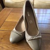 Чудові туфельки на каблуку зі шкіряною стелькою! В наявності два кольори та два розміри 38,40