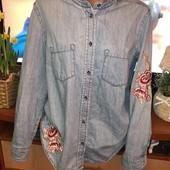 Джинсовая рубашка с вышивкой , пог 55.