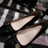 Бомбезные лаковые туфли лак с бляшками под золото