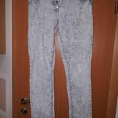 Класні завужені джинси на металевих гудзиках в чудовому стані!
