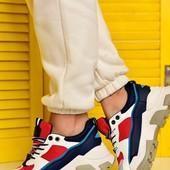 Яркие кроссовки на платформе