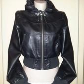 Классная! Курточка из эко кожи с капюшоном!Состояние идеальное.Описание, замеры.