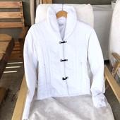 Белая красивая курточка на весну