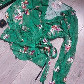 Блуза с завязками очень милая с рюшами в цветы бант можно завязать на боку или сзади
