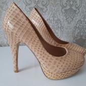 Шикарные лаковые туфли бежевого цвета