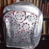 Красивый серебрянный рюкзак с перфорированными цветами, вместительный, нюанс