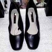 Чёрные классические туфли на невысокой каблуке