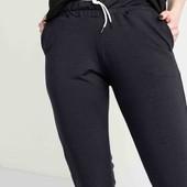 Стильні жіночі спортивні штани чорного кольору з написом на манжеті