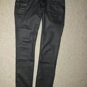 Фирменные крутые джинсы с напылением под кожу.