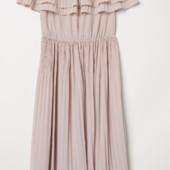 Нарядное пудрвое платье h&m из плиссированой ткани 48евр/54-56 наш.