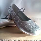 Нові ( еліт.сток ) Фірменні Bhs нарядні туфлі серебристого кольору - роз.35.