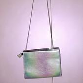 Маленькая сумочка на длинной ручке- цепочке серебристого перламутровая от Next