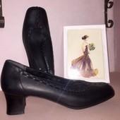 Чёрные туфли на низком каблуке из натуральной кожи Clarks стелька 25 см.