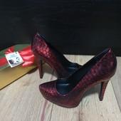 Туфлі із натуральної шкіри зовні і всередині 37 рр і устілка 24 см з носиком. Новинка.