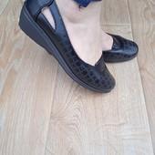 Туфлі зручні та легкі, підІйдуть на широку ногу, устілка з супінатором