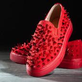 Дизайнерские кроссовки красного цвета с декором шипы. Качество!